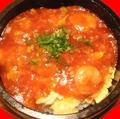 料理メニュー写真海老入りチーズオムレツのチリソースかけ石焼きごはん
