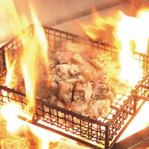 炭火で焼くことにより余計な脂を飛ばし、うま味のある良質な肉汁をしっかりと残します。地どり本来のお肉の柔らかさと、炭火焼の弾む歯ごたえをご堪能ください。