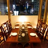 窓際の4名様のテーブル席!靖国通りのネオンを一望♪