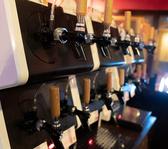 12種類分のクラフトビールサーバーがあります。