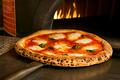 料理メニュー写真ピッツァ マルゲリータ (イタリアのモッツァレラ、バジル、トマトソースのピッツァ)