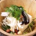 料理メニュー写真豆腐とピータンのパクチーサラダ