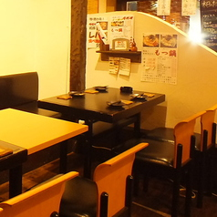 4名テーブルは3卓ございます。くっつけることも可能です。