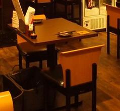 2名テーブルは3卓ございます。