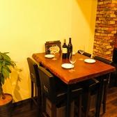 オーナー自らペイントした、テーブル席♪他にも店内に自慢のデザインが!?