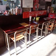 カウンター席x4席あります。※そうです!老若男女問わず、誰もが一度は使ったことがあるであろう、学校にある机と椅子のセットが4席です。