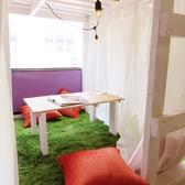 芝生の敷かれた個室で落ち着ける