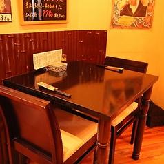 2名テーブル×1卓ございます。会社帰りに一杯ゆっくり飲みたい気分の時やデートにもピッタリのお席です!