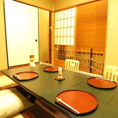 2名様から6名様まで可能の掘り炬燵式完全個室です。各部屋床の間付きで純和風の雰囲気をご堪能頂けます。
