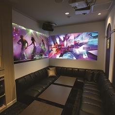 ■デュアルルーム■「臨場感あふれる映像空間」100インチの大迫力モニターに囲まれて、大好きな映像を楽しめるライブ空間。
