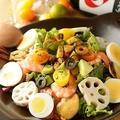 料理メニュー写真れんこんといろいろ魚介のアボカドメキシカンサラダ