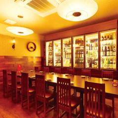 最大20名様までOKなテーブル個室です。ずっらと並ぶお酒には、かなり珍しいものから希少酒まで。人気がありますのでお問い合わせください。