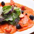 料理メニュー写真サーモンといちごのちょっとかわいいカルパッチョ