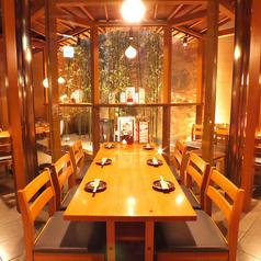 「窓側人気席」お庭の見える テーブル席4席限定、デートにぴったり
