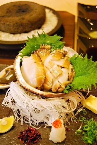 2階から広がる景色を眺めながら戴く和食の創作料理。地元の食材を使用した味わい。