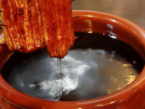 秘伝のたれで焼きあげた蒲焼や、全国から取り寄せる上質な食材を使用する創作料理
