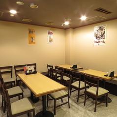 定番のテーブル席は居心地ばっちりです!カウンター席とテーブル席、完全個室から貸切笑顔の溢れる居酒屋!