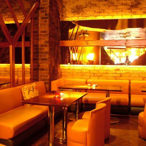 1階奥には、デートやお食事会に人気のソファー席もあります!カフェ仕様の1階手前とは違った雰囲気をかもし出しています。