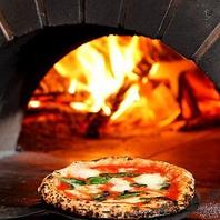 自慢の特製ピザ釜で焼き上げるフワフワモチモチピッツァ