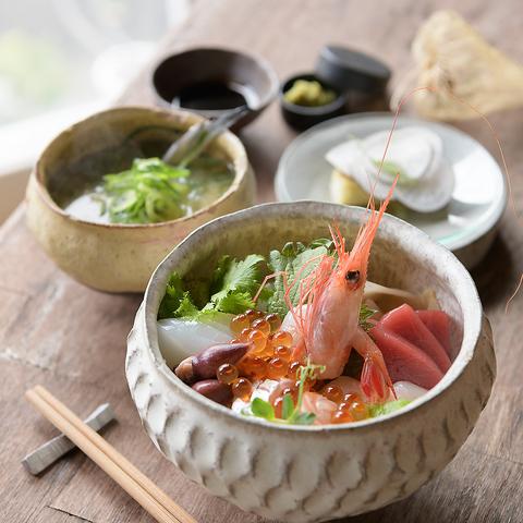 旬の魚、野菜、ハーブを堪能!海鮮丼◇1,500円(税込)
