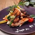 料理メニュー写真ハーブで一晩寝かせた鶏もも肉と季節野菜の薪火グリル