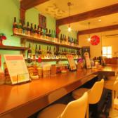 1階は沖縄とアメリカの文化の融合をイメージしています。おひとり様でも気軽にお立ち寄りいただけるカウンター席をご用意!