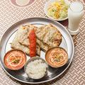 料理メニュー写真マサラクルチャセット (カレー2種、マサラクルチャ、パパド、サラダ、