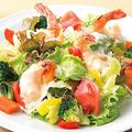 料理メニュー写真海老マヨと緑黄色野菜のシーザーサラダ<シーザードレッシング>