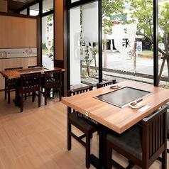 開放感のある窓側テーブル席。