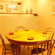 珍しい円形のテーブル。