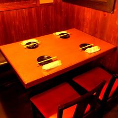 座敷はちょっと苦手…そんな方にはテーブル席もご用意しております。木を基調とした落着きのある店内でゆっくりお過ごしください!
