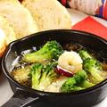 料理メニュー写真エビとブロッコリーのアヒージョ