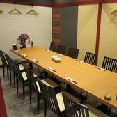 刺身居酒屋うおや一丁新宿三光町店では8名、12名、20名、40名とご宴会や飲み会の人数に合わせた個室・宴会場をご用意可能。北海大漁舟盛りに生ラム焼肉or北海海鮮石狩鍋や名物ザンギなど豪華料理をお楽しみください。(宴会/接待/和食/海鮮/カニ/個室/飲み放題)
