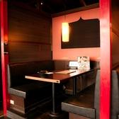 夜景以外のお席も雰囲気は◎赤と黒を基調とした和テイストな内装になっています。ボックス席で半個室タイプ他のお客様の目を気にすることなく、ゆっくりとご宴会を愉しんで頂くことが出来ます。歓迎会・送別会などの会社の飲み会や女子会などのプライベートなお食事にも最適な店内です。