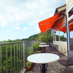 隣接するサロンド・シェ・ヌゥに設置されたテラス席。四季折々の風景が楽しめます。ご利用の際にはお問い合わせください。