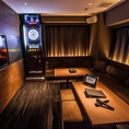カラオケ&ダーツ個室☆ゆったり広々としたラグジュアリールームで隣や周りのプレイを気にせずにプライベートな時間と空間をお楽しみください
