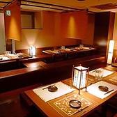 長テーブルタイプの宴会個室は、お席の移動もしやすく、お互いを見渡しての乾杯が可能です。大きな個室席は、数に限りがございますのでお早目のご相談がおすすめです。※画像は系列店