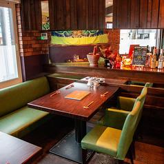 窓際4名さまのテーブル席。光も差し込み明るい席。女子会や家族でのランチやディナーでタイ料理をお楽しみ下さい☆