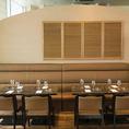 ◆テーブル×ソファー席◆ソファーのテーブル席。ゆったりしたソファー席でお食事をお楽しみください。片側がソファーのテーブル席は最大8名様でご利用頂けます。ソファー席からは横浜の夜景が望めます。【横浜/みなとみらい/イタリアン/ワイン/ピザ/パスタ/夜景/貸切/パーティー/誕生日/デート/個室】