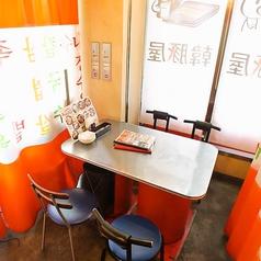 【当店1番人気のテーブルタイプ個室席】カーテンが仕切りになっておりプライベート空間を演出いたします。誕生日や記念日などのお祝いの席としてもご利用いただけます。人気のお席となりますのでご予約はお早めにお願いいたします。