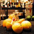 料理メニュー写真選んでしるしを付けたカードがレモンに貫通! 『Card In The Lemon』