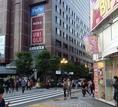 西武新宿駅の商業施設【PePe】が見えたら『右』へ曲がります。