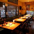 2名テーブルが5卓ございます。人数に合わせてお席配置変更可能です