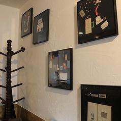 壁にはお洒落な画家さんの絵が飾られてシックな雰囲気。