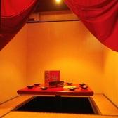赤い布がオシャレな個室席。8人までは利用可能なので、宴会にもお勧め!