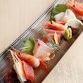 ■新鮮で美味しい海鮮お造りをご用意しております■日本酒との相性は最高の当店おすすめの一品料理です!旬の鮮魚を盛り合わせた『本日のお造り』『特選 お造り三品』『特選 お造り五品』をご用意しております!最初のお料理としてご賞味下さいませ。この時期にしか味わうことのできない旬のお魚を日本酒とご一緒にどうぞ!