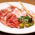 料理メニュー写真サンダニエレ産生ハム・ミラノサラミ・モルタデッラの盛り合わせ
