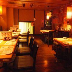 【1階】テーブル席は木の温もり感じる店内
