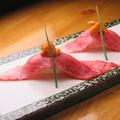 料理メニュー写真讃岐オリーブ牛A5ランクの炙り肉寿司
