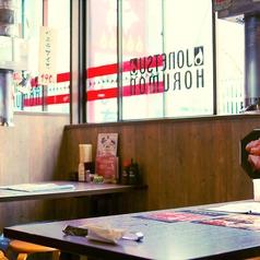 【窓際のテーブル席】地元でのお集まりにもサクッと飲めるテーブル席。上野で急に焼肉が食べたくなった時にも気軽にご来店を。